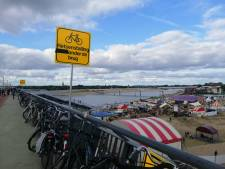 Bezoekers Festival Op 't Eiland blijven voetpad op spoorbrug blokkeren met fiets