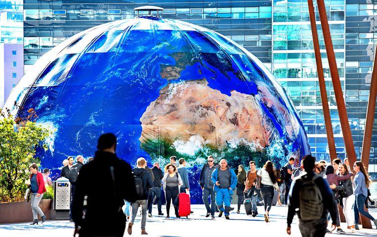 Als onderdeel van het evenement Climate Planeten toont een aardbol op het Jaarbeursplein in Utrecht de klimaatverandering.  Beeld Klaas Jan van der Weij