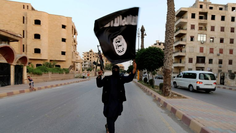 Een IS-strijder paradeert door de straten van Raqqa. Beeld reuters