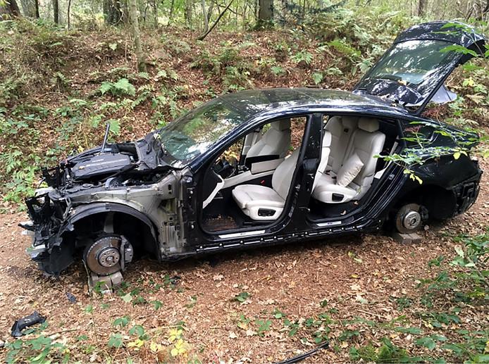 Auto in het bos aangetroffen. Foto Erik de Jonge