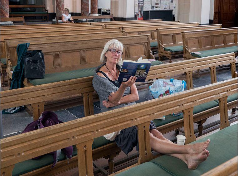Tijdens een silent reading party in de Jacobikerk in Utrecht kunnen bezoekers zonder prikkels een boek lezen. Beeld Werry Crone