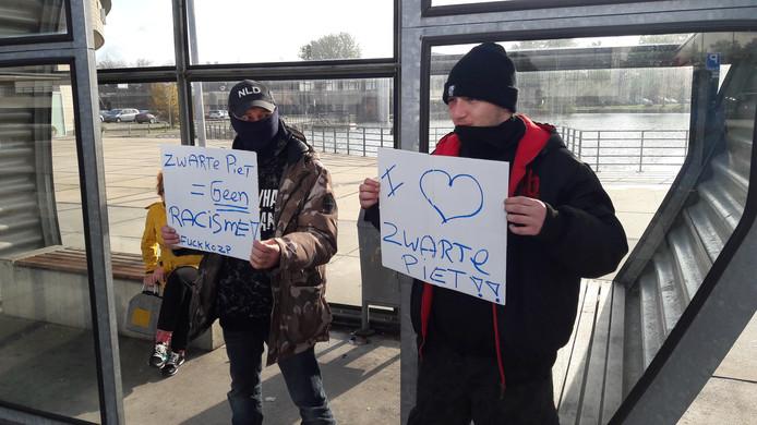 Twee van de vijf demonstranten bij de actie in Terneuzen.