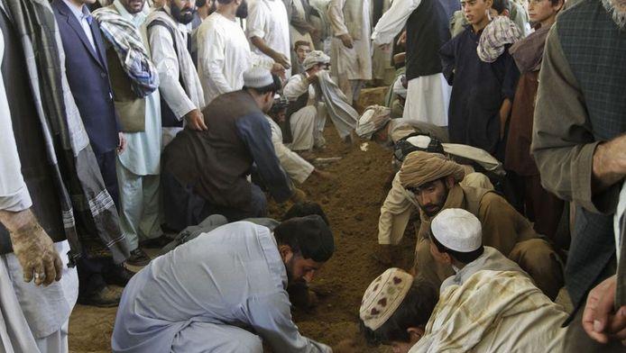 Het graf van Ahmad Wali Karzai wordt bestreken met modder.