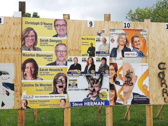 De politieke affiches werden bewerkt met een spuitbus.