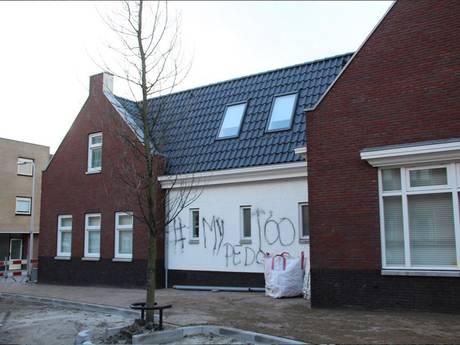 Kerkgebouw in Monster beklad met 'pedo' en '#mytoo'
