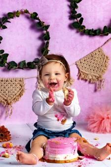 Overgewaaid uit Amerika: baby ingesmeerd met taart voor geinige foto's