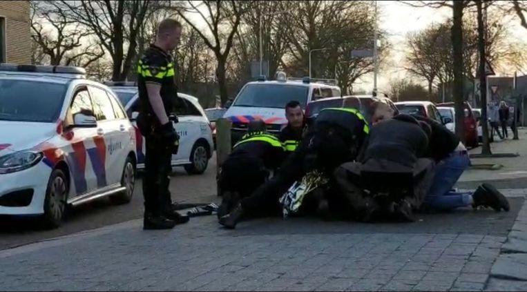 Beeld uit een video van de arrestatie van Tomy Holten.  Beeld