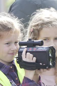 Politie laat kinderen het verkeer controleren
