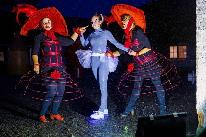 De opnames van de 2-jarige musical Assepoester bij Het Pieck. Assepoester word gepest door haar twee stiefzussen Tutte en Bel, de rol van Assepoester word vertolkt door Josje Vesters.