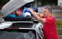 De dakkoffer wordt nog even goed volgepakt. Op vakantie gaan met de auto wordt steeds minder populair.