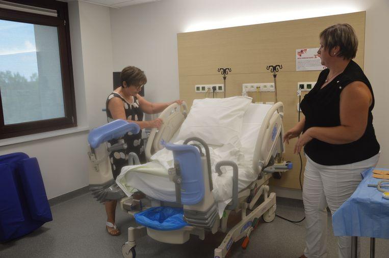 Vroedvrouw Magda Meganck toont hoe een verlosbed heel snel kan worden omgevormd tot een verlostafel.