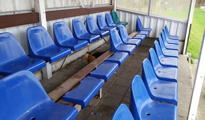 De kuipstoeltjes in de tribune werden vernield