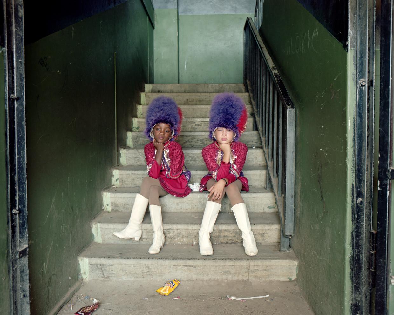 Wakiesha Titus en Riley Van Harte zijn twee van de jongste meiden in hun team. Volgens coach Kayleen kunnen de majorettes het best op jonge leeftijd bij een team gaan, omdat dat hun concentratievermogen verbetert. Daar hebben ze in de klas ook weer profijt van.