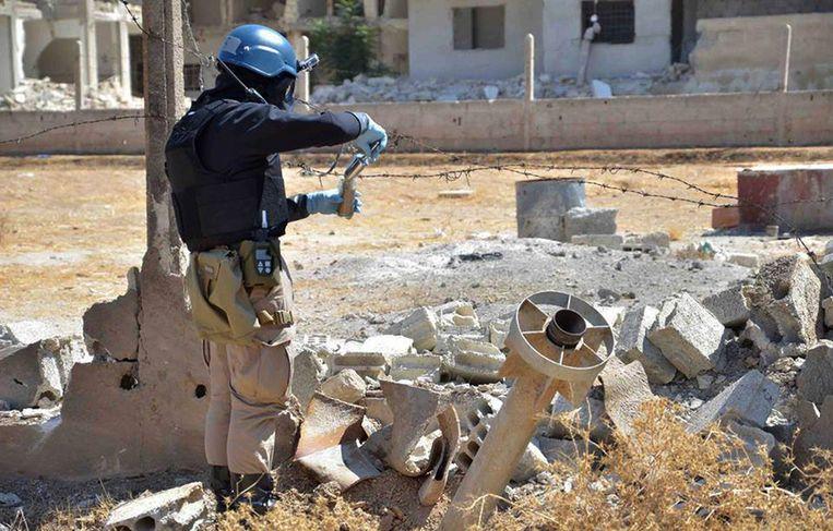 Op deze archieffoto is te zien hoe een VN-medewerker de plek van een mogelijke gifgasaanval onderzoekt Beeld ap