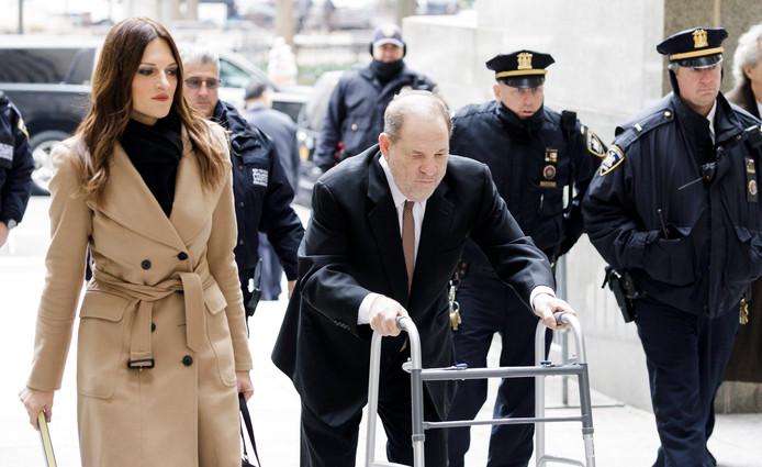 Donna Rotunno flankeert Harvey Weinstein op weg naar het New York State Supreme Court.