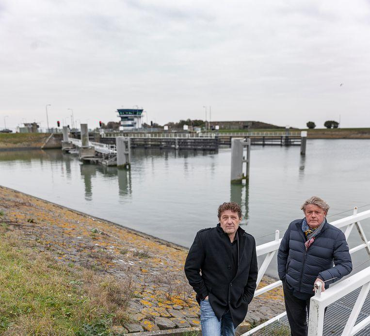 Gedeputeerde Klaas Kielstra (links) en Jeroen van den Ende, directeur van de Port of Zwolle, bij de Lorentzsluis.  Beeld Harry Cock/de Volkskrant