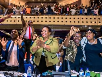 Robert Mugabe treedt af als president van Zimbabwe: feest in het parlement en op straat