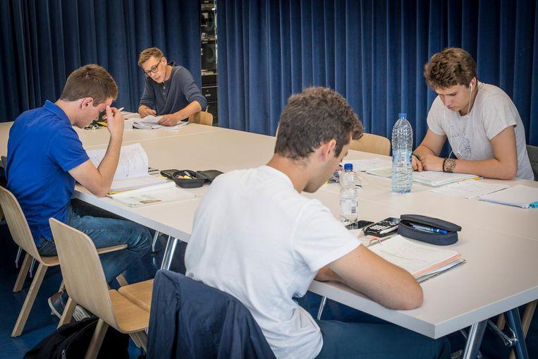 Enkele jongeren studeren samen voor hun tweede zit.
