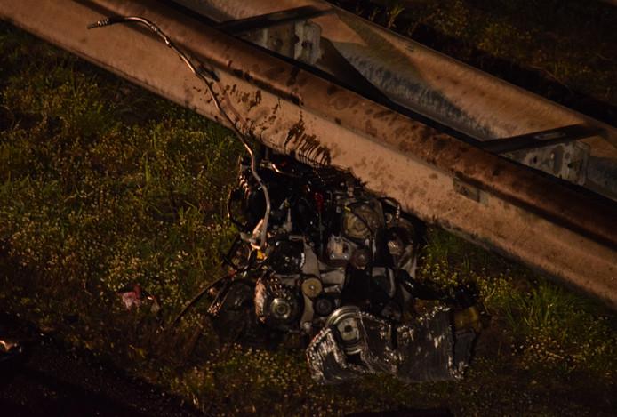 Het motorblok van een van de bij de dodelijke botsing op de A18 betrokken voertuigen werd door de klap uit de auto geslingerd.