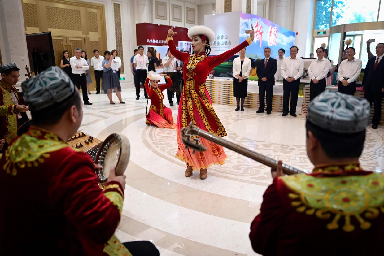 De ontvangst van buitenlandse ondernemers wordt opgeluisterd door danseressen uit Xinjaing.
