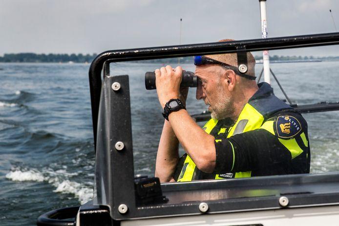 Agenten speuren op het Hollands Diep naar boten waar een vaarbewijs voor nodig is. Veel mensen varen rond met een document dat niet geldig is.
