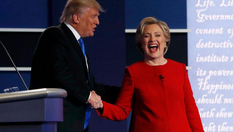 Trump en Clinton schudden elkaar de hand na afloop van het debat. Beeld Reuters