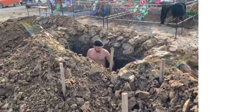 Een van de deelnemers aan de grafdelfcompetitie in Tomsk. Beeld YouTube