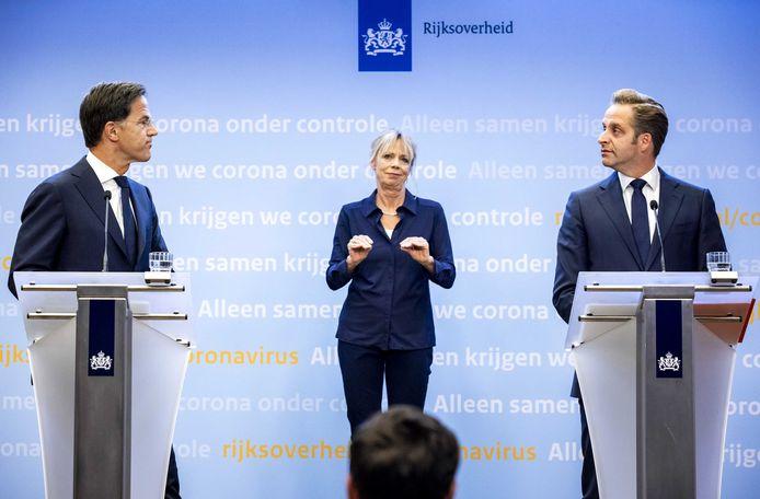 Premier Mark Rutte en minister Hugo de Jonge (Volksgezondheid, Welzijn en Sport) vrijdag tijdens hun corona-persconferentie