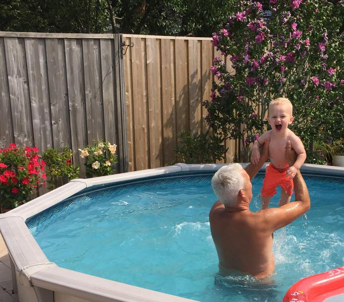 Kleinzoon Quin kraait het uit wanneer opa Fred hem omhoog tilt in het zwembad.