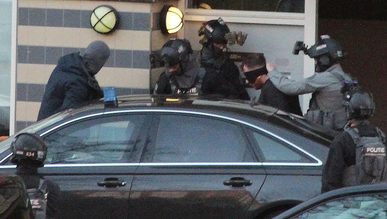 De politie arresteert maandagavond Gökmen T., hoofdverdachte van de schietpartij in Utrecht.  Beeld