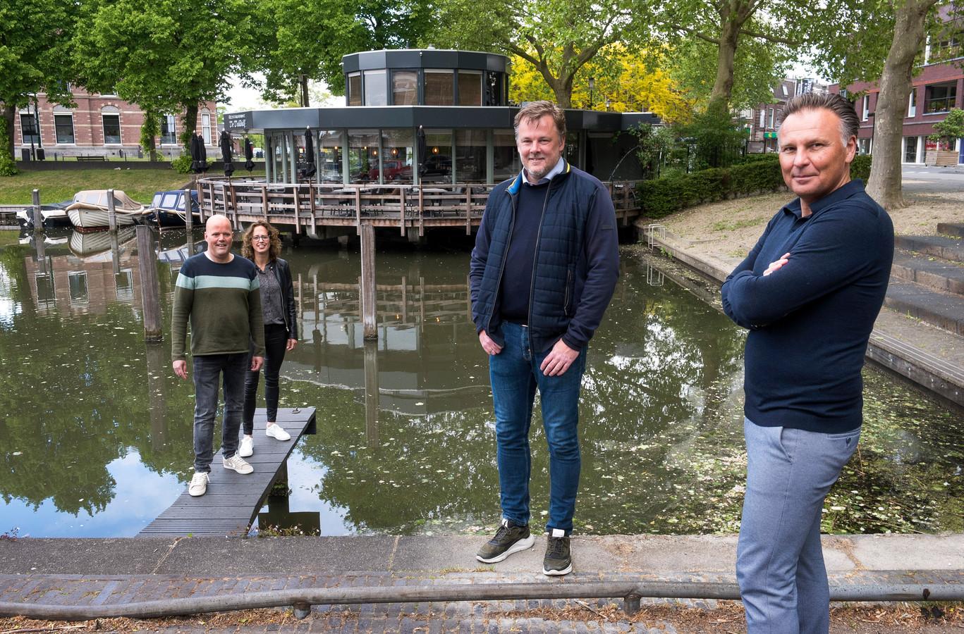 Raymond van 't Hoofd en Wendy van Agthoven (links) verkopen hun restaurant De Dukdalf aan de haven in Woerden aan kroegbaas Pike Uittenbogaard en zijn zwager Guido Jansen (rechts).