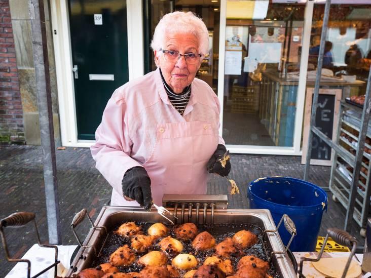 Hanny (90) bakt al 65 jaar oliebollen