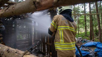 Kamp in kurkdroog sparrenbos vat vuur maar brandweer kan erger voorkomen