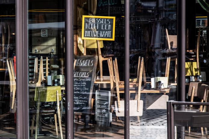 Een gesloten café Biessels op de Grote Markt in Nijmegen.