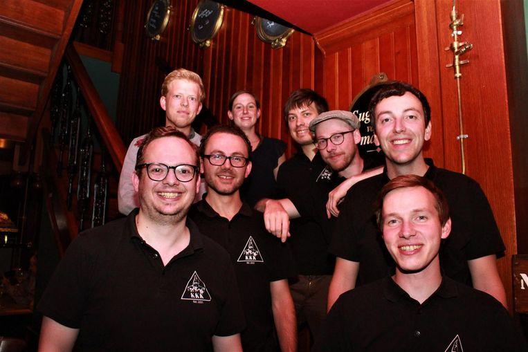 De leden van KoeKedozeKlan (v.l.n.r.) Adriaan, Vincent, Frederik, Kim, Bram, Arthur, Bram en Matthias. Grote afwezige is Thomas Dierendonck, naar wie de ploeg werd vernoemd.