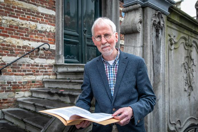 Gert Groenleer met het manuscript van zijn nieuwe boek, dat zich afspeelt in het Colijnsplaat van de jaren zestig.