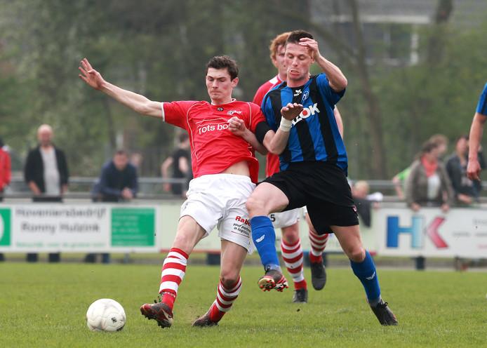 Sander van Aken (links) als speler van AZSV in actie tegen ACV uit Assen.