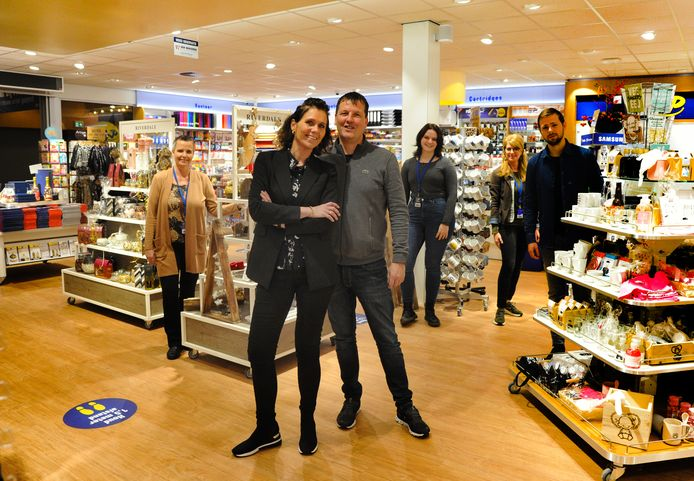 Eigenaren Gaby van 't Westende en Leo Kieboom in hun nieuwe Primera. Op de achtergrond medewerkers Ingrid, Michele, Astrid en Yannick (vlnr).