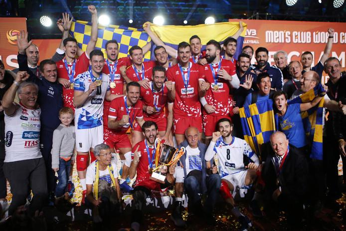 Spelers van Trentino Volley vieren de wereldtitel.