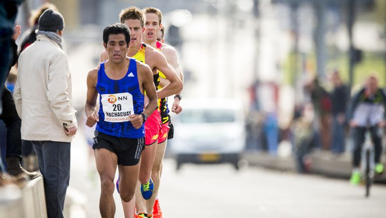 Lopers op de Erasmusbrug tijdens de Marathon van Rotterdam 2015. Beeld anp