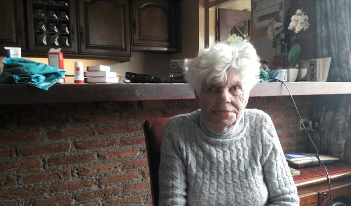 Annie van Hoof vlak na de overval in haar huis in Deurne.  Ze heeft er een dikke lip aan overgehouden.