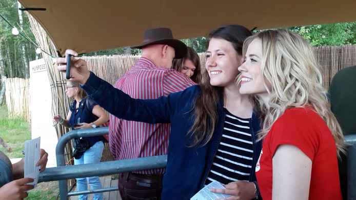 Ilse DeLange met een jonge fan
