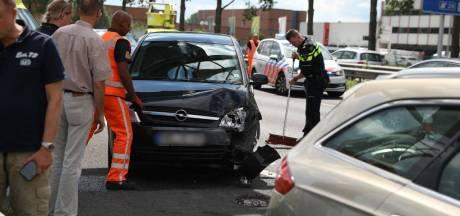Lange file door botsing drie Duitse auto's op A12 bij Duiven opgelost; kinderen krijgen traumabeertjes