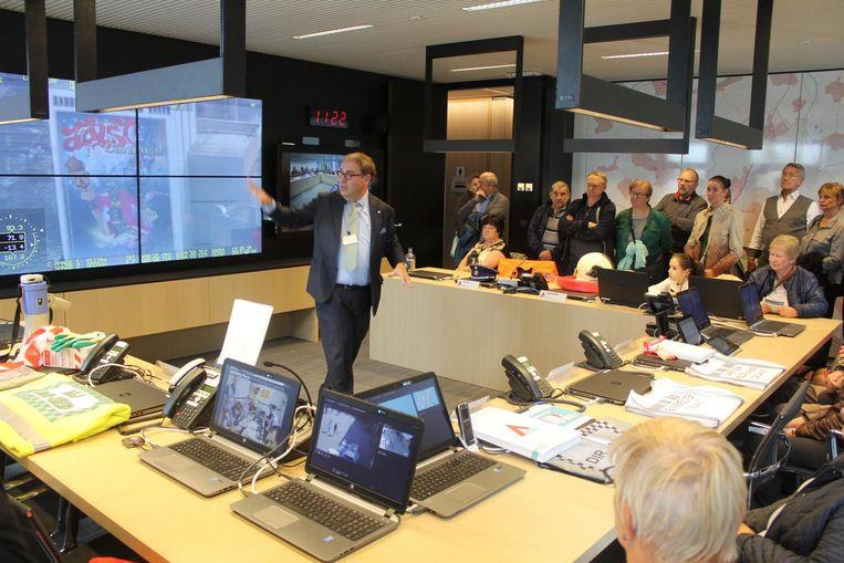 Burgemeester D'Haese (N-VA) geeft uitleg over de werking van het crisiscentrum in het administratief centrum.