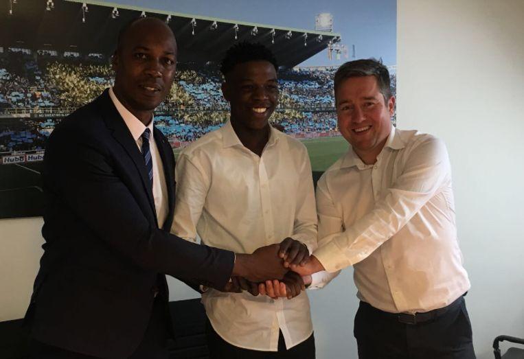 Op de foto herkent u naast CEO Vincent Mannaert en Fuakala ook Christian Negouai, zijn makelaar en gewezen speler van onder meer Manchester City, Standard en Charleroi.