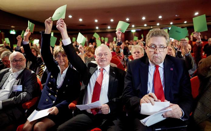 Jan Nagel (l) en Henk Krol tijdens een eerdere algemene ledenvergadering van 50Plus.