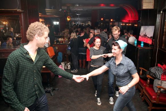 Lindy hopdansers leven zich uit op de opzwepende muziek.