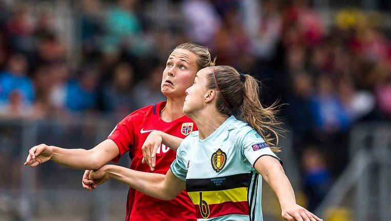 Nicky Van Den Abbeele (rechts) tijdens de groepswedstrijd tegen Noorwegen bij het EK vrouwenvoetbal Beeld Pro Shots / Toin Damen