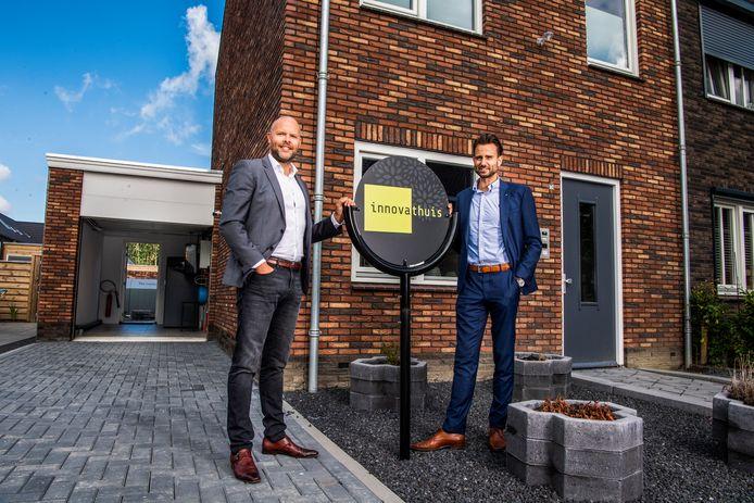 Projectontwikkelaar Jean-Paul Scheurleer en Wim Gijbels van het bedrijf Giacomini bij het waterstofhuis in Stad aan 't Haringvliet.