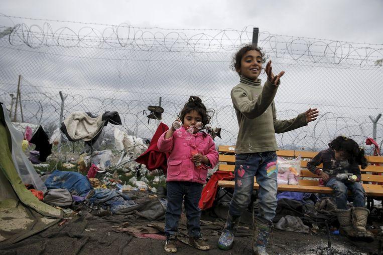 Vluchtelingen bij de Grieks-Macedonische grens bij Idomeni. Beeld reuters